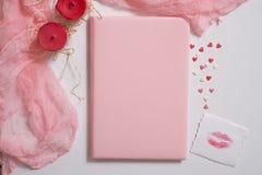 Maquette avec la carte postale et le jasmin sur le fond rose Carte et fleurs blanches gaufre pour la crème glacée, baiser de lèvr Image stock