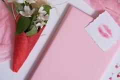 Maquette avec la carte postale et le jasmin sur le fond rose Carte et fleurs blanches gaufre pour la crème glacée, baiser de lèvr Photo libre de droits