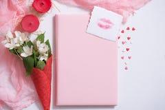Maquette avec la carte postale et le jasmin sur le fond rose Carte et fleurs blanches gaufre pour la crème glacée, baiser de lèvr Image libre de droits