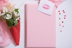 Maquette avec la carte postale et le jasmin sur le fond rose Carte et fleurs blanches gaufre pour la crème glacée, baiser de lèvr Photos libres de droits