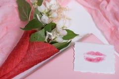 Maquette avec la carte postale et le jasmin sur le fond rose Carte et fleurs blanches gaufre pour la crème glacée, baiser de lèvr Photographie stock libre de droits