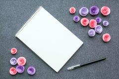 Maquette avec le carnet à dessins ou le carnet vide blanc, le stylo noir et la PA Photographie stock