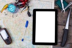 Maquette avec les articles de pêche et le navigateur sur la carte Images libres de droits