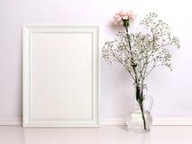Maquette blanche de cadre avec des fleurs Photographie stock libre de droits