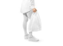 Maquette blanche vide de sachet en plastique tenant la main Photographie stock libre de droits