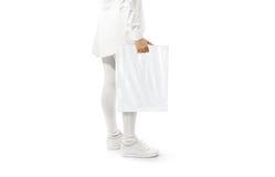 Maquette blanche vide de sachet en plastique tenant la main Images libres de droits
