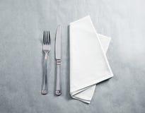 Maquette blanche vide de serviette de restaurant avec le couteau et la fourchette Photo libre de droits