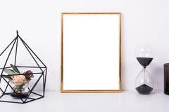 Maquette d'or de cadre sur le mur blanc photos stock