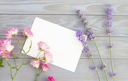 Maquette d'invitation avec des fleurs de lavande et de rose au-dessus de panneau en bois gris Calibre impressionnant de conceptio photo stock