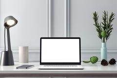 Maquette d'ordinateur, écran de PC sur la table dans le bureau, rendu 3d d'espace de travail Images libres de droits