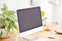 Maquette dordinateur de bureau noir sur le bureau en bois avec des