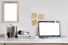 Maquette d'ordinateur portable avec les fournitures de bureau, l'espace de travail et l'espace de copie Photo libre de droits