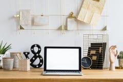 Maquette d'ordinateur portable dans l'espace de travail Photos stock
