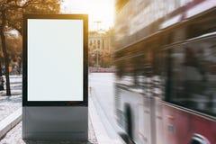 Maquette de bannière de ville et autobus rouge avec la tache floue de mouvement images stock