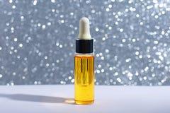 Maquette de bouteille en verre de compte-gouttes Cosmétiques de soins de la peau de sérum sur le fond, la bannière ou le calibre  photographie stock libre de droits