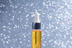 Maquette de bouteille en verre de compte-gouttes Cosmétiques de soins de la peau de sérum sur le fond, la bannière ou le calibre  images stock