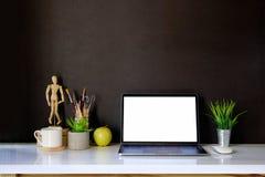 Maquette de bureau créatif de concepteur au workplac intérieur foncé Image libre de droits