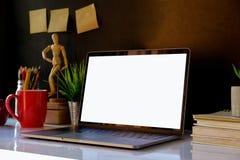 Maquette de bureau créatif de concepteur au workplac intérieur foncé Photos libres de droits