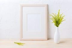 Maquette de cadre en bois avec l'herbe ornementale dans le vase exquis image stock