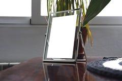 Maquette de cadre en métal dans une table en bois Images libres de droits
