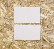 Maquette de deux cartes de visite professionnelle de visite horizontales au backgrou en bois léger Images libres de droits