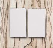 Maquette de deux cartes de visite professionnelle de visite horizontales au backgrou en bois léger Image stock