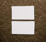 Maquette de deux cartes de visite professionnelle de visite horizontales au fond brun Image stock