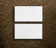 Maquette de deux cartes de visite professionnelle de visite horizontales au fond brun Image libre de droits