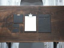 Maquette de marquage à chaud sur la table en bois rendu 3d Photo libre de droits