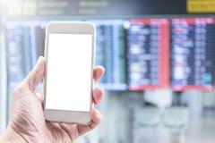 Maquette de mobile avec l'espace libre Main jugeant mobile dans l'aéroport Image stock
