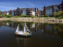 Maquette de navires avec des voiles sur l'eau Photographie stock