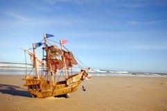Maquette de navires sur la plage ensoleillée d'été Image libre de droits