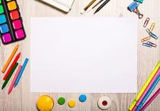 Maquette de page vide sur la table avec des outils de bureau Photographie stock