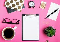 Maquette de papier blanc sur le fond rose lumineux Image libre de droits