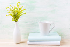 Maquette de tasse de latte de café blanc avec l'herbe verte ornementale image libre de droits