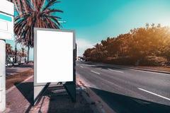 Maquette de texte d'attente de bannière de la publicité dans les environnements urbains image libre de droits