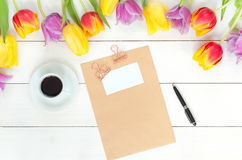 Maquette de tulipes sur le bois blanc Images stock