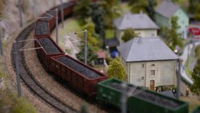 Maquette expérimentale d'un chemin de fer, avec un train chargé avec du charbon 3840x2160, 4K banque de vidéos