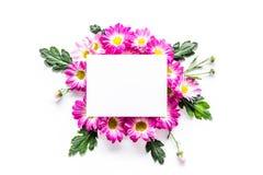 Maquette florale Feuille de papier dans le cadre des fleurs roses sur la vue supérieure de fond blanc Photographie stock libre de droits