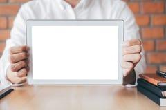 Maquette horizontale d'écran de Tablette, image de jeune homme tenant l'espace numérique de copie d'apparence de comprimé, branch photos libres de droits