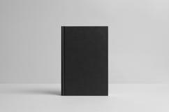 Maquette noire de livre relié - avant Fond de mur Photos stock