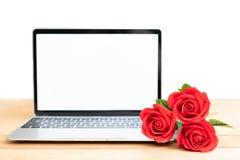 Maquette rouge de rose et d'ordinateur portable sur le blanc photographie stock libre de droits