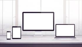 Maquette sensible de dispositifs d'affichage Bureau de travail, studio de conception web illustration libre de droits