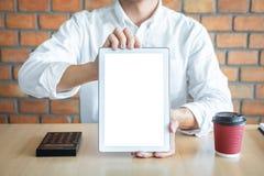 Maquette verticale d'écran de Tablette, image de jeune homme tenant l'espace numérique de copie d'apparence de comprimé, branchan photo stock