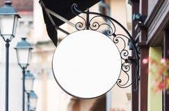 Maquette vide arrondie de signe de société avec l'espace de copie photos libres de droits