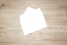 Maquette vide blanche d'enveloppe et calibre vide de présentation d'en-tête de lettre Photos stock