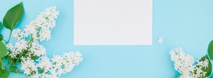 Maquette vide de cadre avec les fleurs blanches Images stock