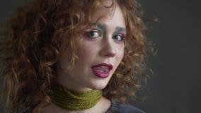Maquilhador profissional que aplica o pó tonal aos modelos louros do cabelo longo da onda com pálpebra azul video estoque