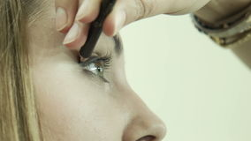 Maquilhador que aplica o lápis de olho na pálpebra filme