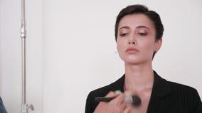 Maquilhador que aplica toques finais na cara modelo video estoque